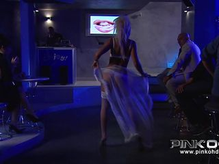 Блондинка в белом нижнем белье порно