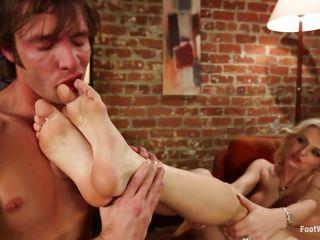 Целует ножки видео