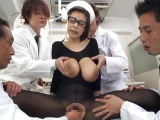 Азиатка медсестра