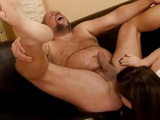 бесплатное порно мужик ссыт бабе в рот