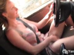 Смотреть порно дрочит в машине