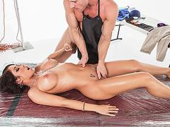 Брюнетка делает массаж