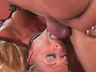 Порно зрелые женщины под юбкой